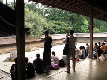 kyoto2_ryoanji_tourists-748718
